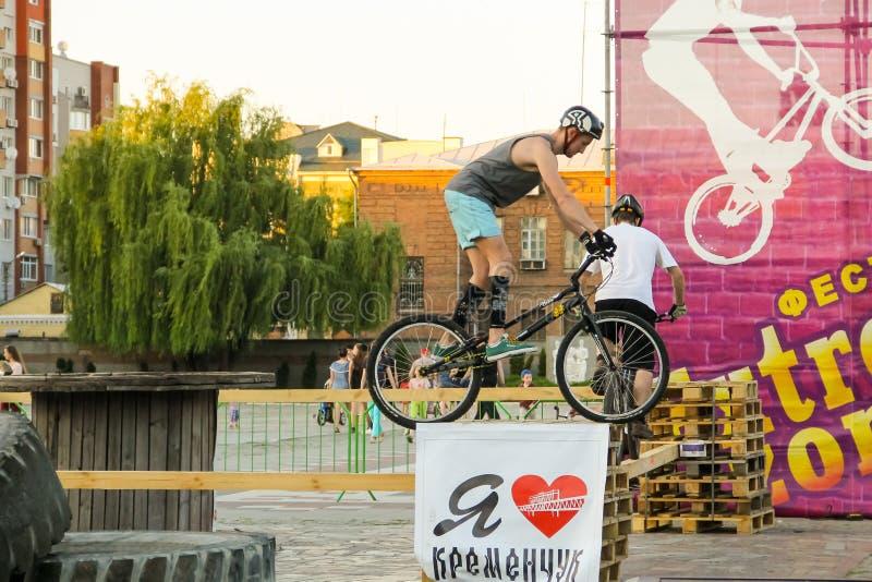 Άτομο που κρατά μια ισορροπία στο δοκιμαστικό ποδήλατό του στο πάρκο στοκ εικόνες με δικαίωμα ελεύθερης χρήσης
