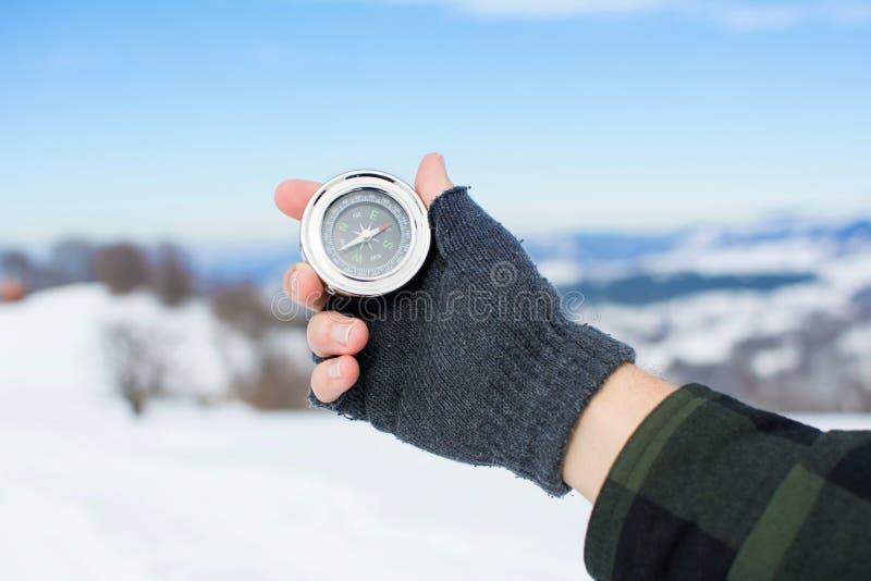 Άτομο που κρατά μια πυξίδα μετάλλων στο βουνό στοκ εικόνες με δικαίωμα ελεύθερης χρήσης