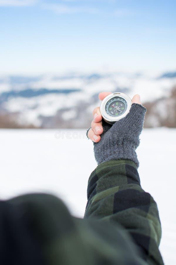 Άτομο που κρατά μια πυξίδα μετάλλων στο βουνό στοκ φωτογραφίες με δικαίωμα ελεύθερης χρήσης