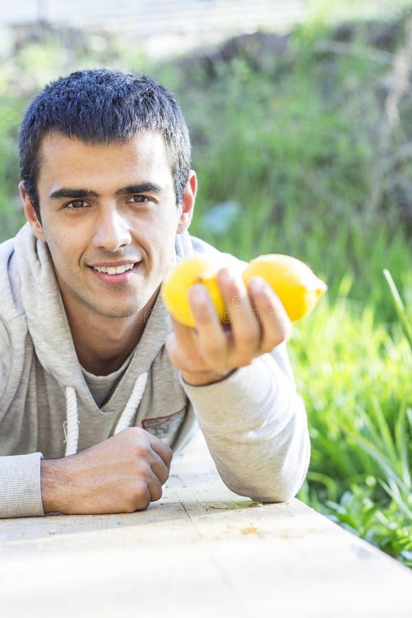 Άτομο που κρατά τα λεμόνια στοκ εικόνες