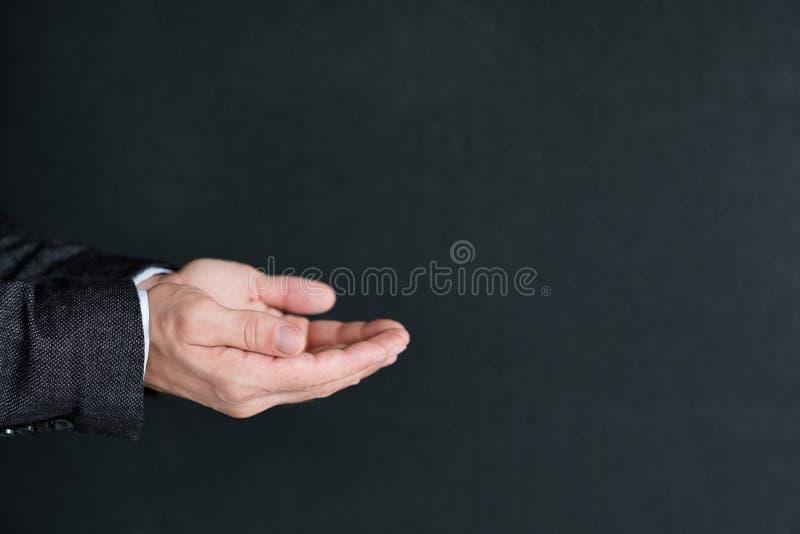 Άτομο που κρατά την αόρατη διαφήμιση παλαμών χεριών αντικειμένου στοκ φωτογραφίες με δικαίωμα ελεύθερης χρήσης
