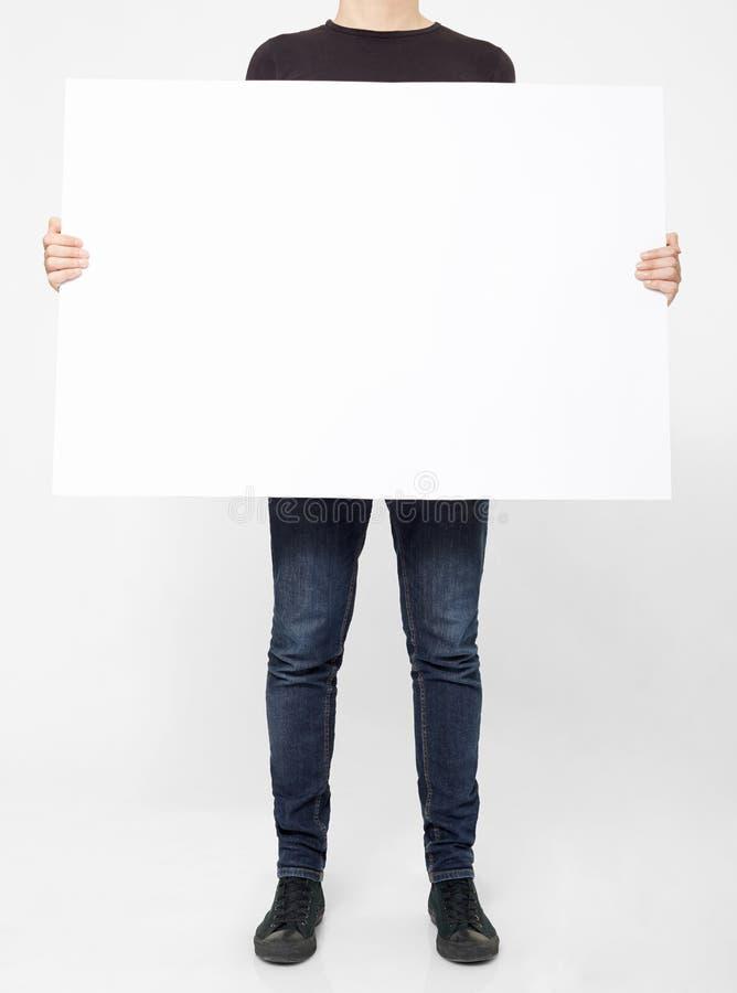 Άτομο που κρατά τον άσπρο πίνακα διαφημίσεων στοκ φωτογραφίες