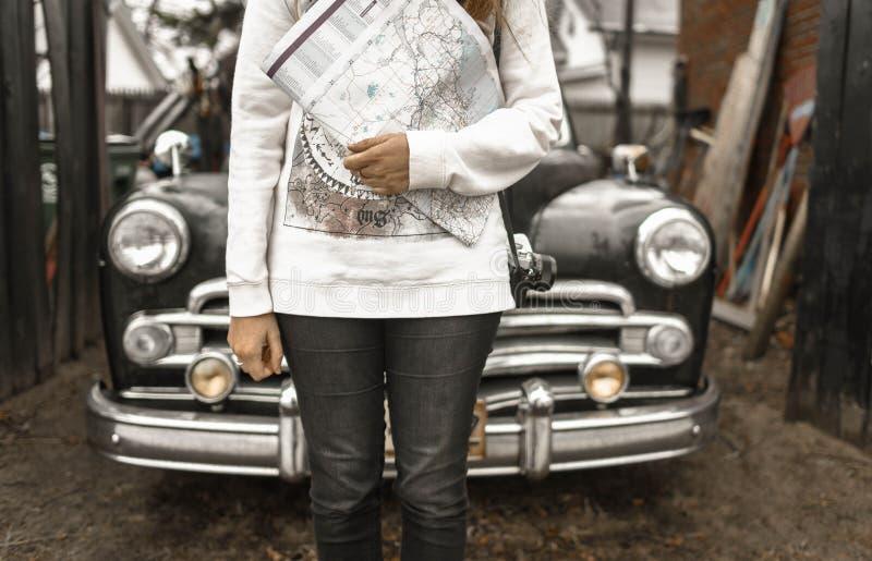 Άτομο που κρατά χάρτη με αυτοκίνητο στο πίσω μέρος στοκ φωτογραφία