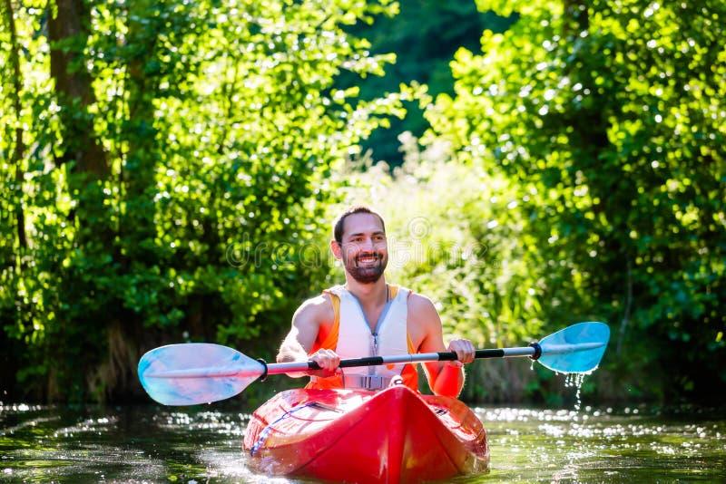 Άτομο που κωπηλατεί με το καγιάκ στον ποταμό στοκ φωτογραφία με δικαίωμα ελεύθερης χρήσης