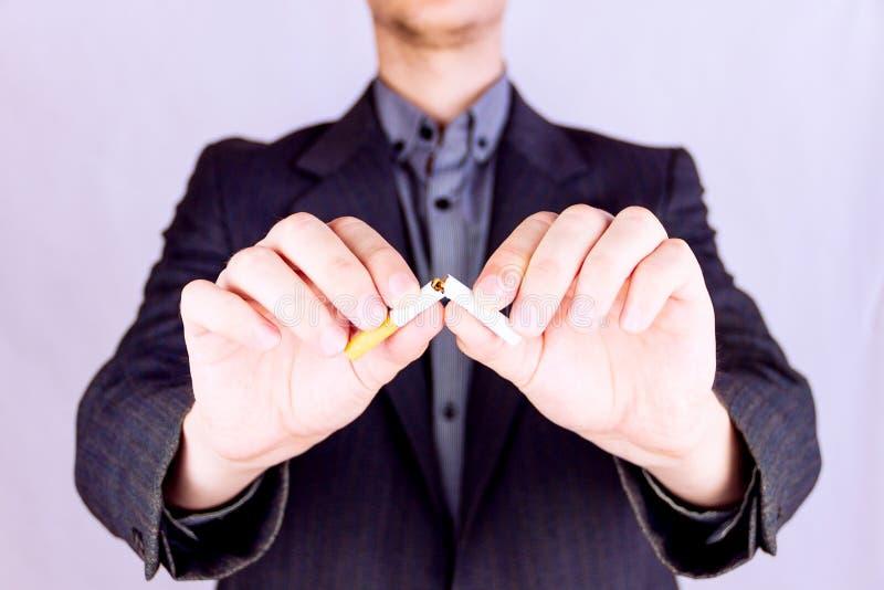 Άτομο που κόβει ένα τσιγάρο στοκ φωτογραφίες με δικαίωμα ελεύθερης χρήσης