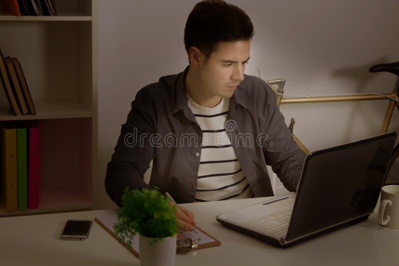 άτομο που μελετά τις νε&omicron στοκ φωτογραφία με δικαίωμα ελεύθερης χρήσης