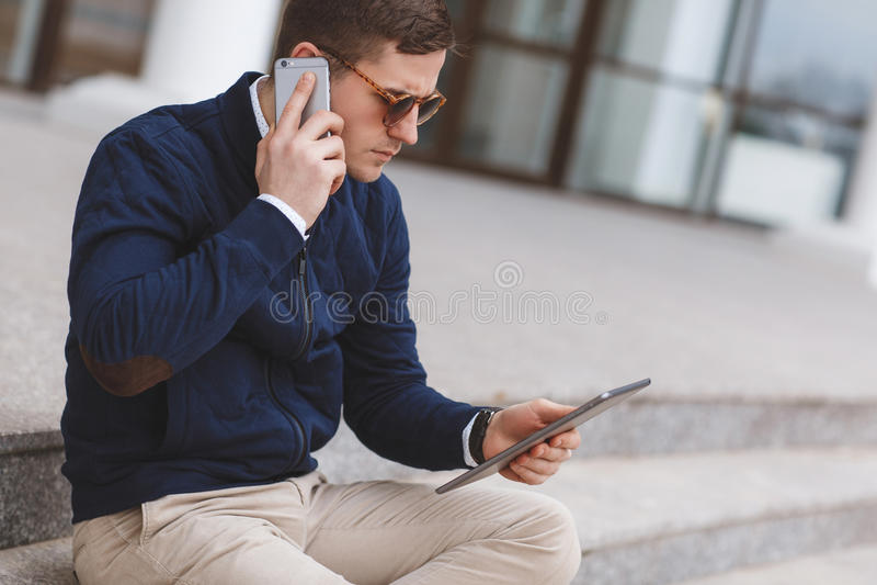 Άτομο που μιλά στην τηλεφωνική συνεδρίαση στα σκαλοπάτια στοκ εικόνες