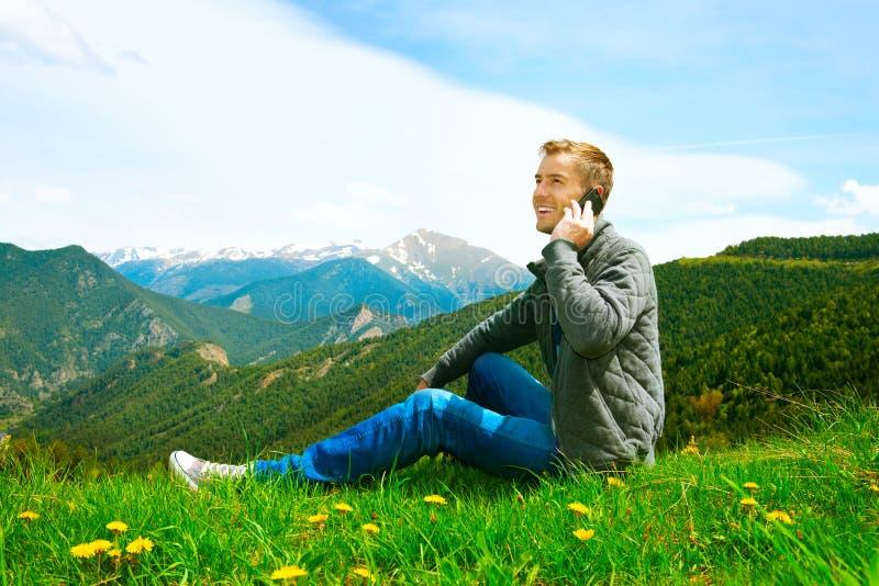 Άτομο που μιλά στο κινητό τηλέφωνο υπαίθριο στοκ εικόνα