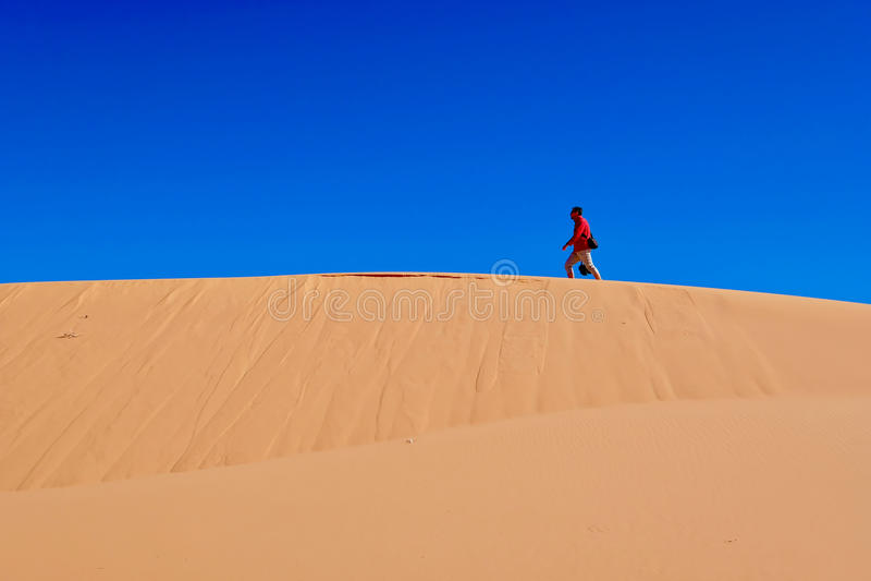 Άτομο που ξυπνά στους αμμόλοφους άμμου στοκ φωτογραφίες με δικαίωμα ελεύθερης χρήσης