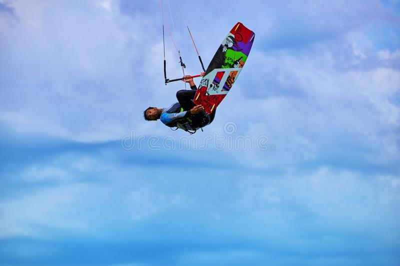 Άτομο που οδηγά έναν ικτίνο που κάνει σερφ στα κύματα το καλοκαίρι στοκ φωτογραφία με δικαίωμα ελεύθερης χρήσης