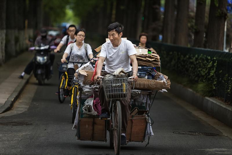 Άτομο που οδηγά ένα ποδήλατο για να αγοράσει το απόρριμα