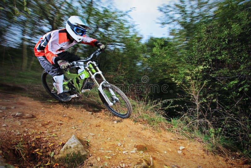 Άτομο που οδηγά ένα ύφος ποδηλάτων βουνών προς τα κάτω στοκ φωτογραφία
