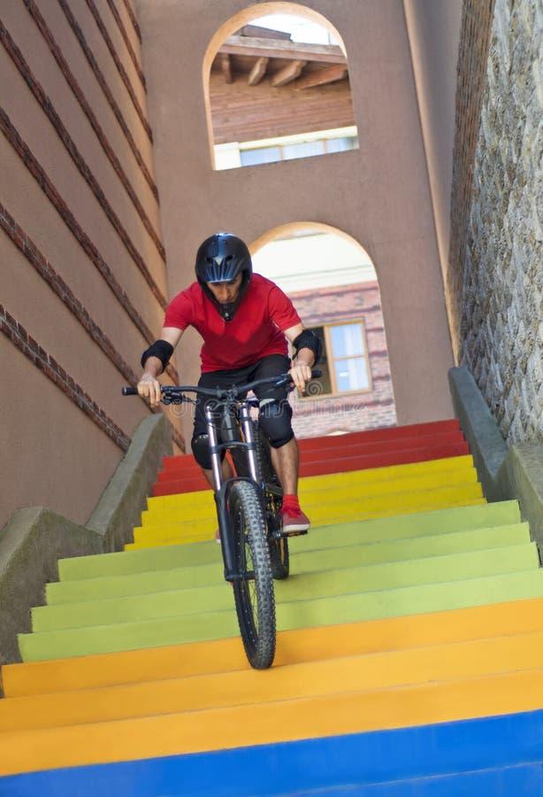 Άτομο που οδηγά στη σκάλα στο ποδήλατο βουνών στοκ φωτογραφία με δικαίωμα ελεύθερης χρήσης