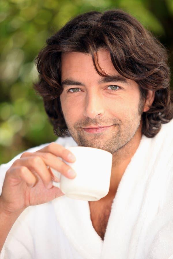 Άτομο που πίνει τον καφέ του στοκ φωτογραφίες