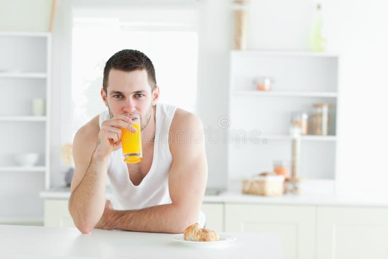 Άτομο που πίνει το χυμό από πορτοκάλι Στοκ Εικόνες