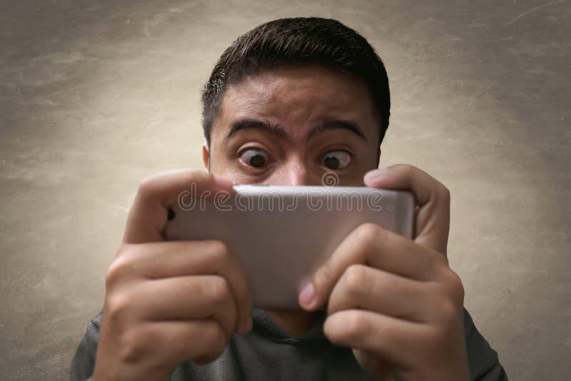 Άτομο που παίζει το κινητό παιχνίδι στοκ εικόνες