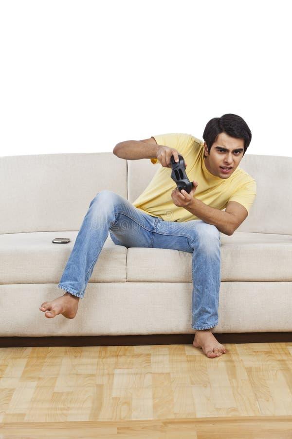 Άτομο που παίζει το τηλεοπτικό παιχνίδι στοκ εικόνες με δικαίωμα ελεύθερης χρήσης