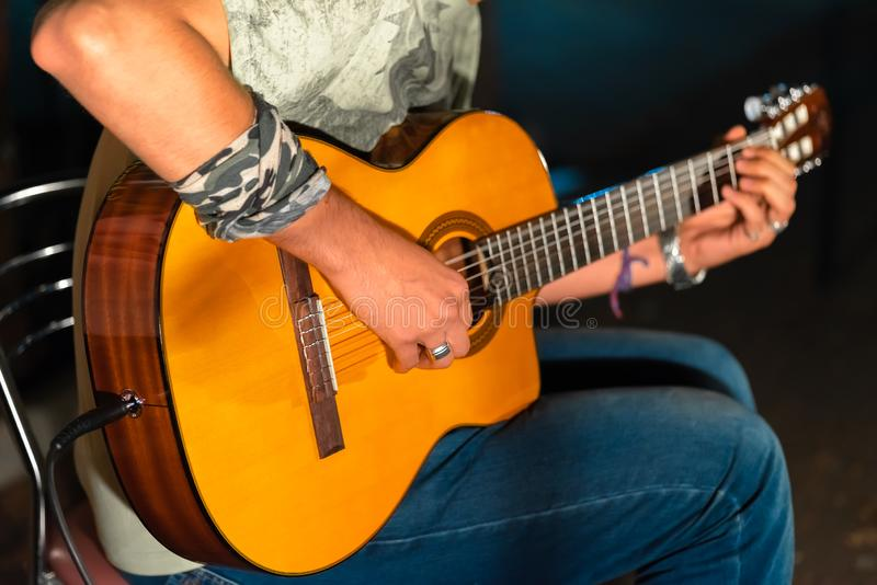 Άτομο που παίζει yellowe μια ακουστική κινηματογράφηση σε πρώτο πλάνο κιθάρων στοκ φωτογραφία με δικαίωμα ελεύθερης χρήσης