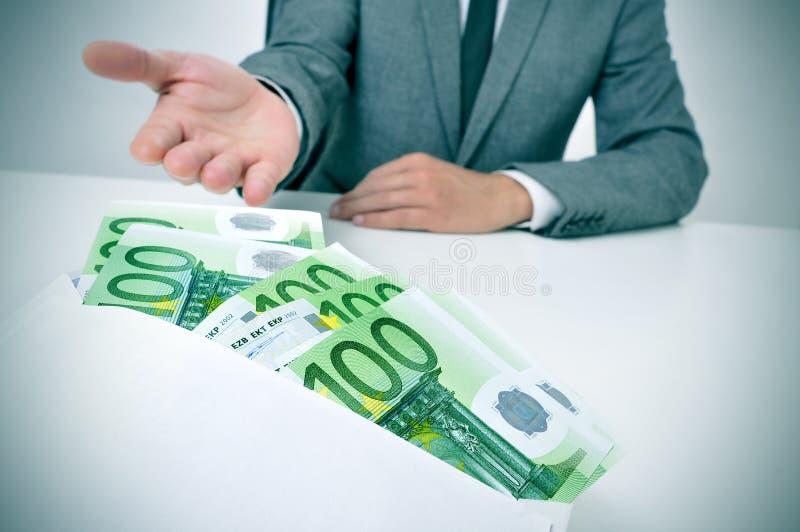 Άτομο που παίρνει ένα σύνολο φακέλων των ευρο- λογαριασμών στοκ εικόνα με δικαίωμα ελεύθερης χρήσης