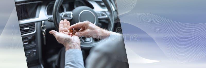 Άτομο που παίρνει τα φάρμακα πρίν οδηγεί έμβλημα πανοραμικό στοκ φωτογραφία