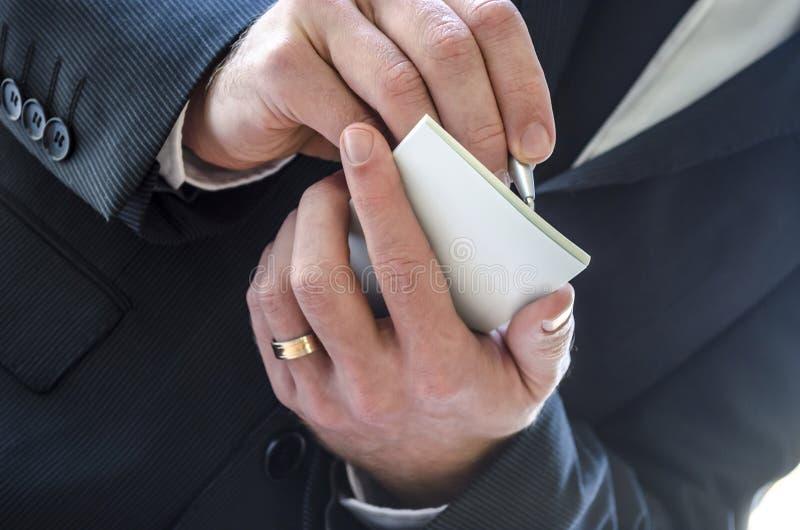 Άτομο που παίρνει την κινηματογράφηση σε πρώτο πλάνο σημειώσεων στοκ φωτογραφία