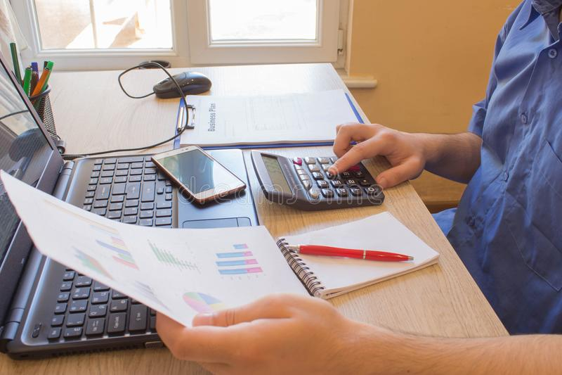 Άτομο που παίρνει τις σημειώσεις Εγχώριοι πόροι χρηματοδότησης, οικονομία επένδυσης Κέρδη, αποταμίευση Στοίβα των δολαρίων Επιτυχ στοκ εικόνες