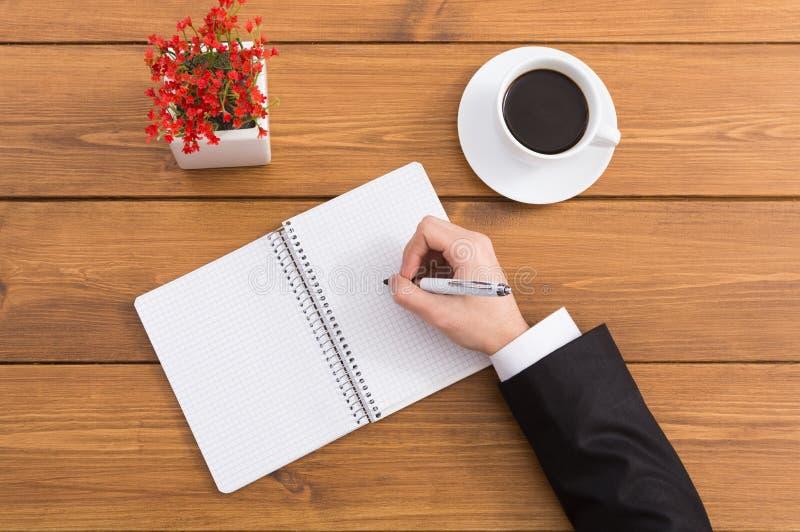 Άτομο που παίρνει τις σημειώσεις στη καφετερία, τοπ άποψη στοκ εικόνες με δικαίωμα ελεύθερης χρήσης