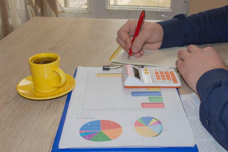 Άτομο που παίρνει τις σημειώσεις, υπολογιστής για τον πίνακα Κίνητρο επιτυχίας, οικονομικός πλούτος ροών στοκ εικόνες