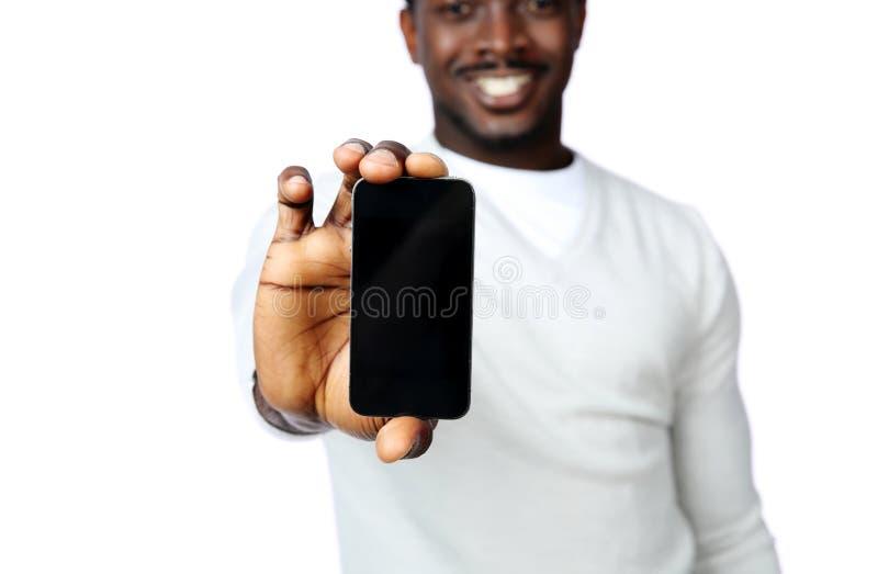 Άτομο που παρουσιάζει κενή επίδειξη smartphone στοκ εικόνες