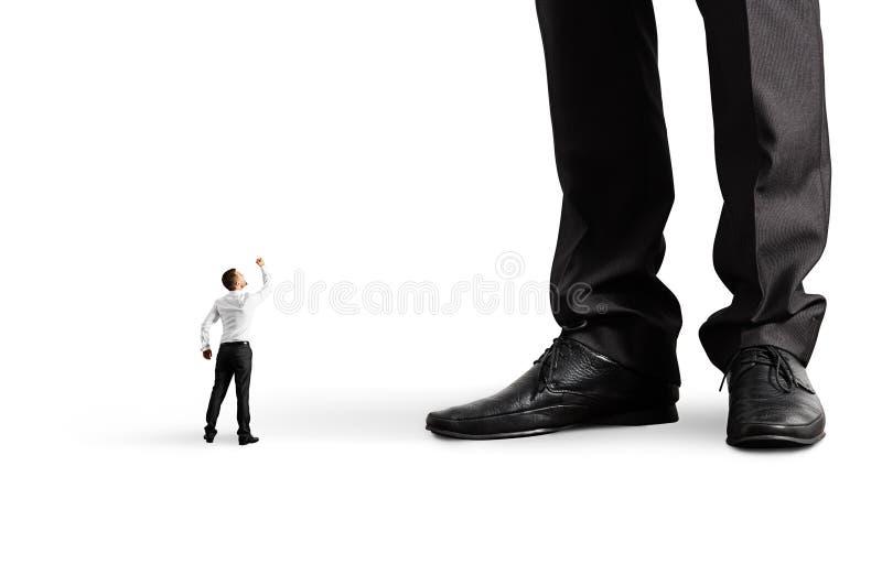 Άτομο που παρουσιάζει πυγμή στο μεγάλο προϊστάμενό του στοκ φωτογραφία με δικαίωμα ελεύθερης χρήσης