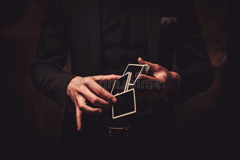 Άτομο που παρουσιάζει τεχνάσματα με τις κάρτες στοκ φωτογραφίες με δικαίωμα ελεύθερης χρήσης