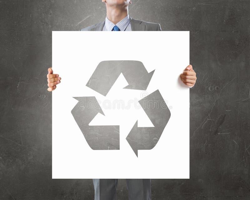Άτομο που παρουσιάζει την ανακύκλωσης έννοια στοκ εικόνες