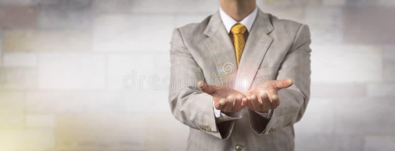 Άτομο που παρουσιάζει το κενό διάστημα αντιγράφων στα ανοικτά χέρια στοκ εικόνα με δικαίωμα ελεύθερης χρήσης