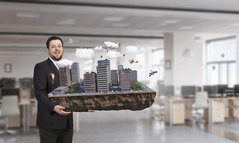 Άτομο που παρουσιάζει το πρότυπο κατασκευής Μικτά μέσα στοκ φωτογραφία με δικαίωμα ελεύθερης χρήσης