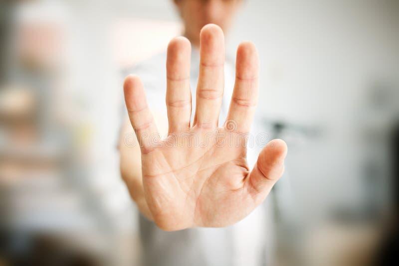 Άτομο που παρουσιάζει χειρονομία στάσεων στοκ φωτογραφίες