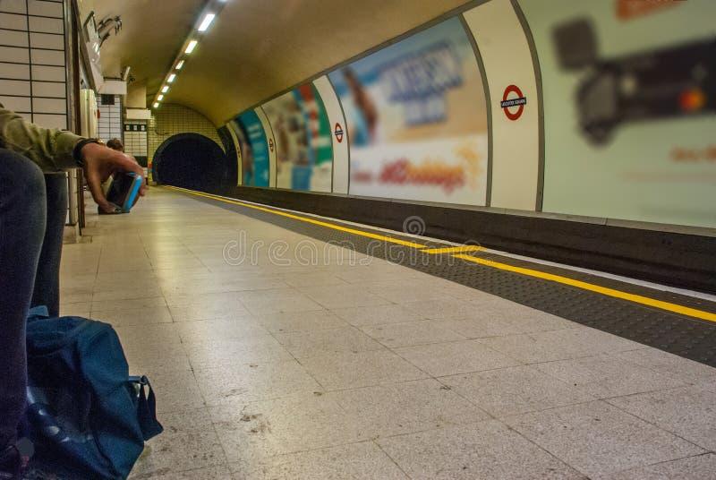 Άτομο που περιμένει τον υπόγειο στον τετραγωνικό σταθμό Λέιτσεστερ στοκ εικόνες