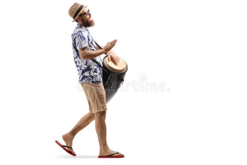 Άτομο που περπατά και τύμπανα conga παιχνιδιού στοκ εικόνα με δικαίωμα ελεύθερης χρήσης
