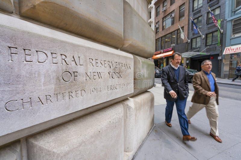 Άτομο που περπατά μετά από την τράπεζα Κεντρικής Τράπεζας των ΗΠΑ της Νέας Υόρκης στοκ εικόνες