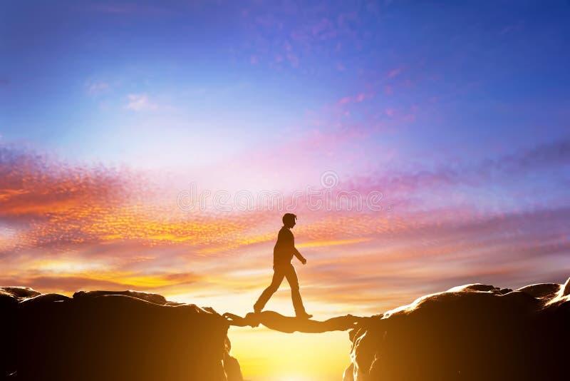Άτομο που περπατά σε ένα άλλο άτομο πέρα από το βάραθρο μεταξύ των βουνών διανυσματική απεικόνιση