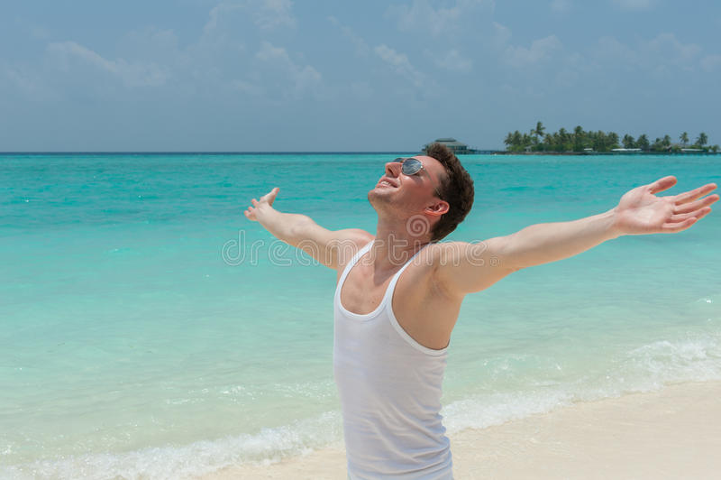 Άτομο που περπατά στην παραλία με τις ανοικτές αγκάλες στοκ εικόνα με δικαίωμα ελεύθερης χρήσης