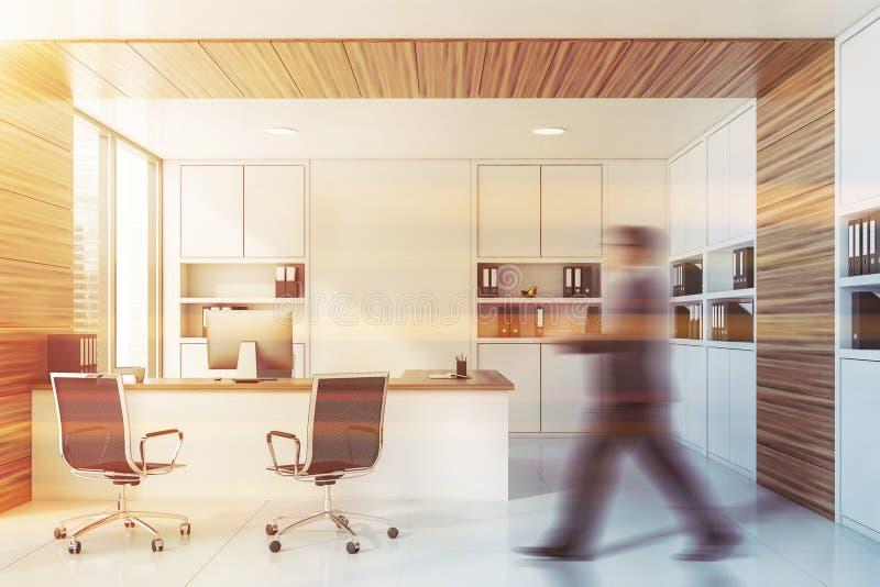 Άτομο που περπατά στο άσπρο και ξύλινο γραφείο διευθυντών στοκ εικόνα με δικαίωμα ελεύθερης χρήσης