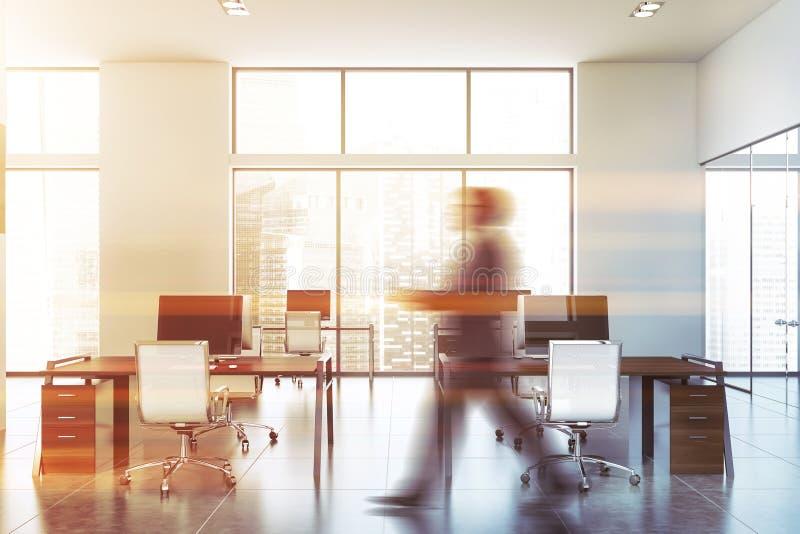 Άτομο που περπατά στο σύγχρονο γραφείο ανοιχτού χώρου στοκ εικόνα