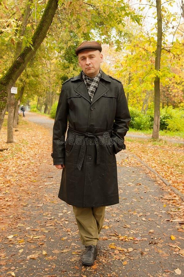 Άτομο που περπατά το φθινόπωρο στοκ φωτογραφία με δικαίωμα ελεύθερης χρήσης
