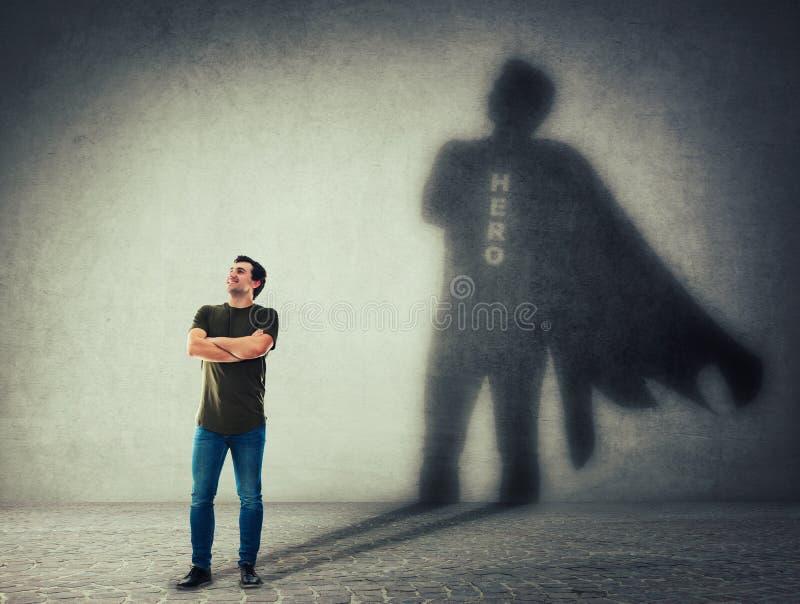 Άτομο που πετά ένα superhero με τη σκιά ακρωτηρίων στον τοίχο απεικόνιση αποθεμάτων