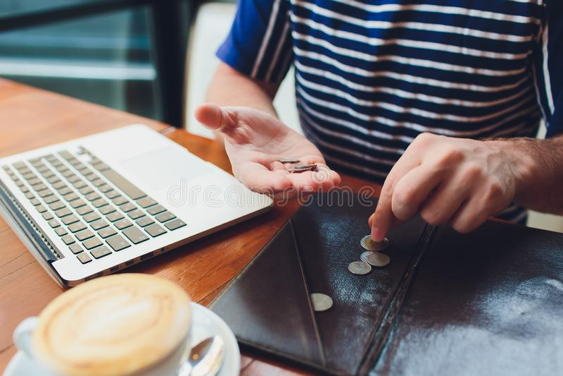 Άτομο που πληρώνει το λογαριασμό στον καφέ Αυτός που βάζει τα χρήματα Πολυάσχολο άτομο που έχει το μεσημεριανό γεύμα στο εστιατόρ στοκ φωτογραφία