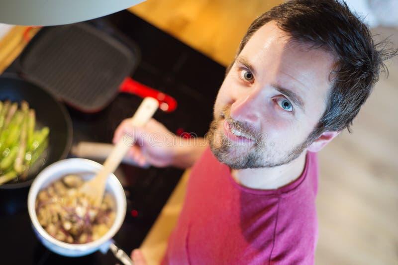 Άτομο που προετοιμάζει την κρεμώδη σάλτσα μανιταριών στοκ φωτογραφία με δικαίωμα ελεύθερης χρήσης
