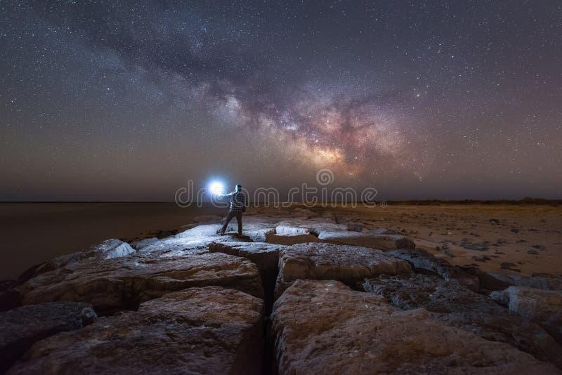Άτομο που προσέχει τη γαλακτώδη άνοδο γαλαξιών τρόπων από έναν λιμενοβραχίονα στοκ φωτογραφία με δικαίωμα ελεύθερης χρήσης