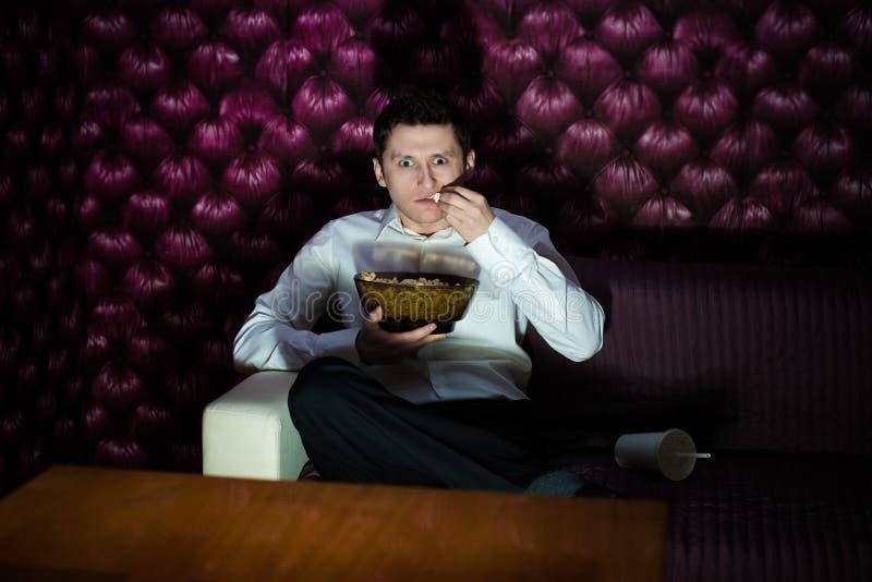 Άτομο που προσέχει τη TV στοκ εικόνα με δικαίωμα ελεύθερης χρήσης