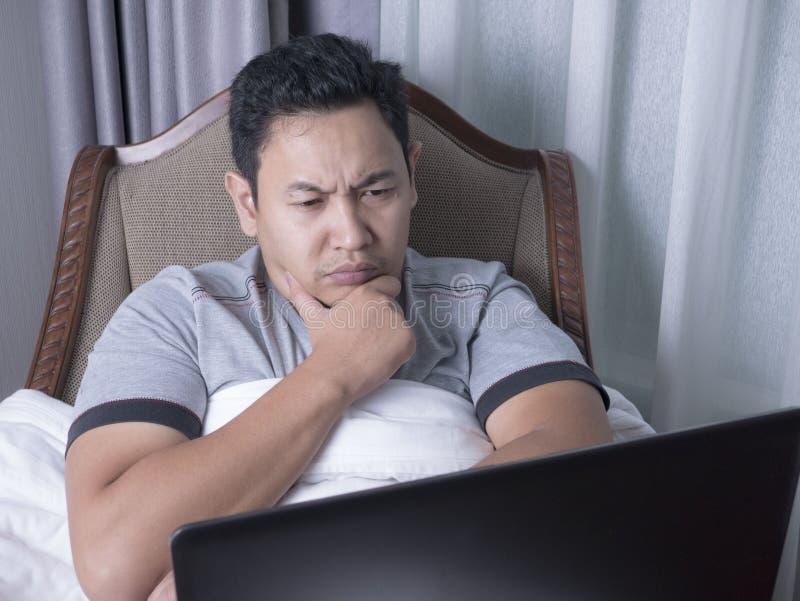 Άτομο που προσέχει το σε απευθείας σύνδεση κινηματογράφο στο lap-top στοκ φωτογραφία