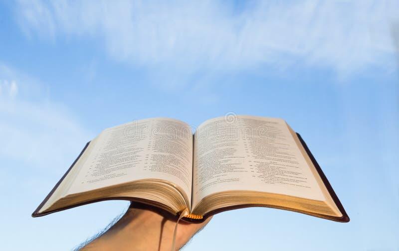 Άτομο που προσεύχεται με τη Βίβλο του στοκ φωτογραφίες με δικαίωμα ελεύθερης χρήσης